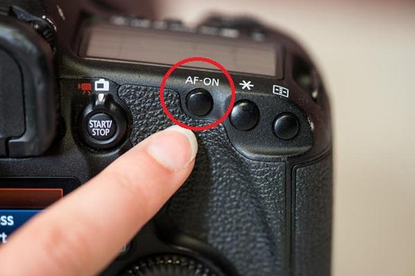 куда надо смотреть в фотоаппарат фото показан пример